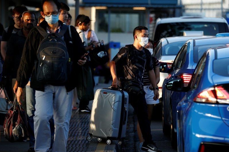 大量因工作而在封鎖前連夜過境到新加坡的馬來西亞人,造成邊境防疫的莫大壓力。 圖/路透社