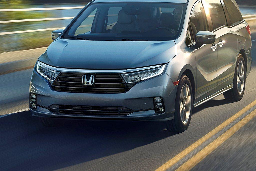 美規小改款Honda Odyssey,過往車頭大面積鍍鉻水箱護罩取消,改由新式黑...