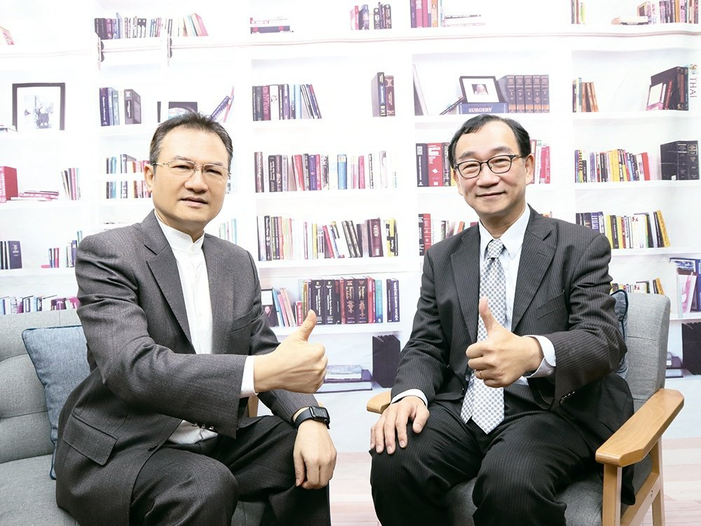 左起為理財周刊發行人洪寶山、中華經濟研究院副院長王健全。