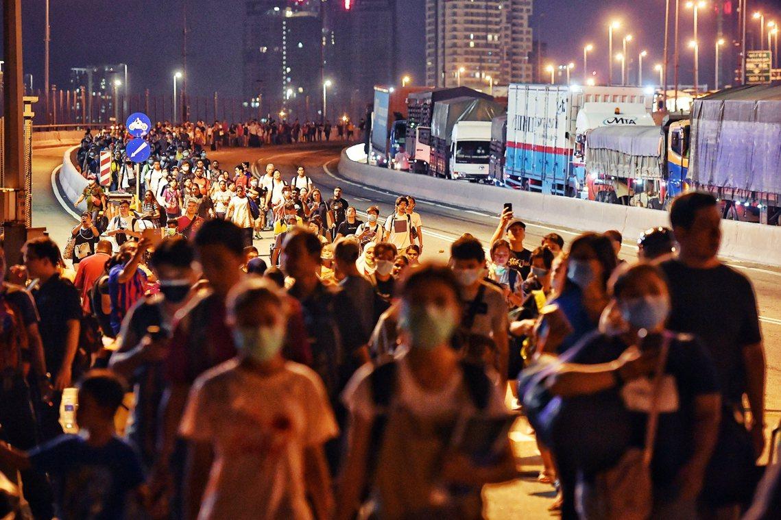 17日,大馬封關前新柔長堤上衝向新加坡的人潮。 圖/歐新社