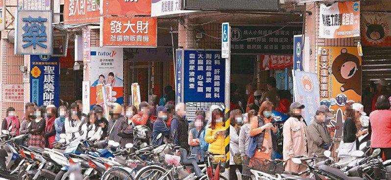 台灣街頭時常可見排隊景象。圖/聯合報系資料照片