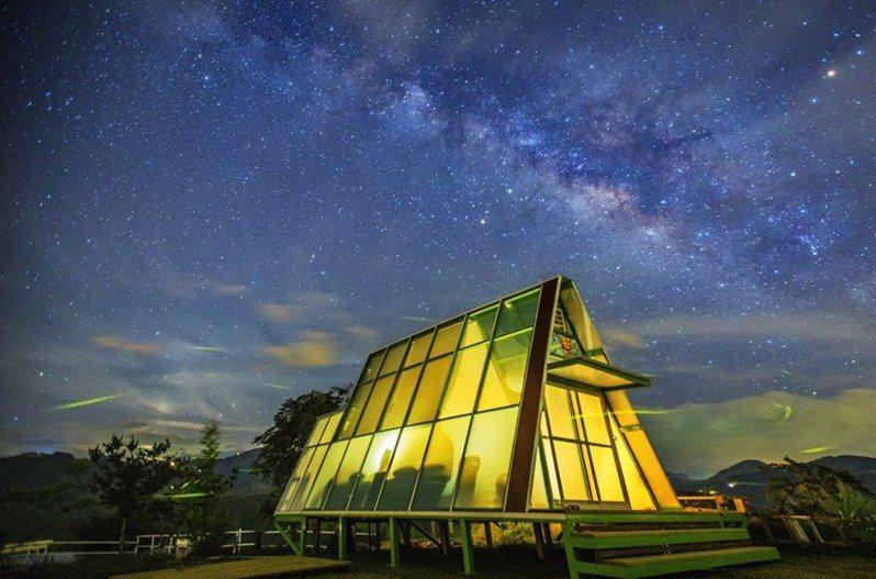 星羅棋布點綴著夜晚的星空玻璃屋。 圖/深山林內生態農場臉書粉專