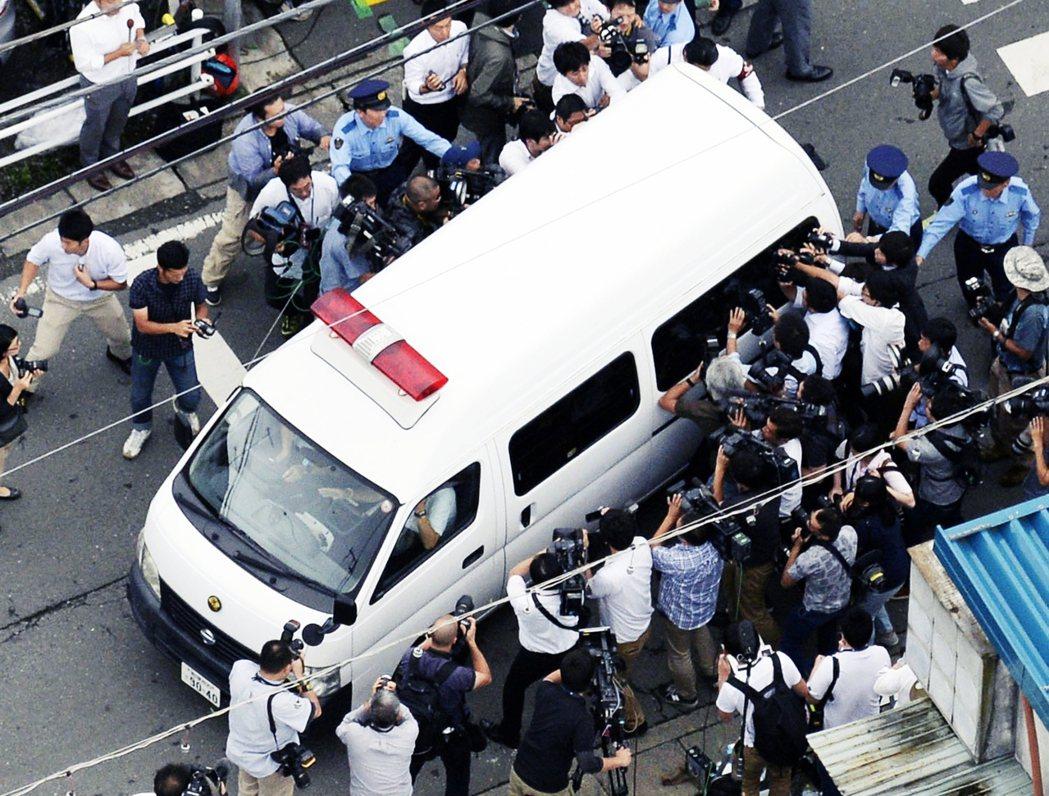 2016年案發之後,載著植松聖的警車被媒體包圍。 圖/美聯社
