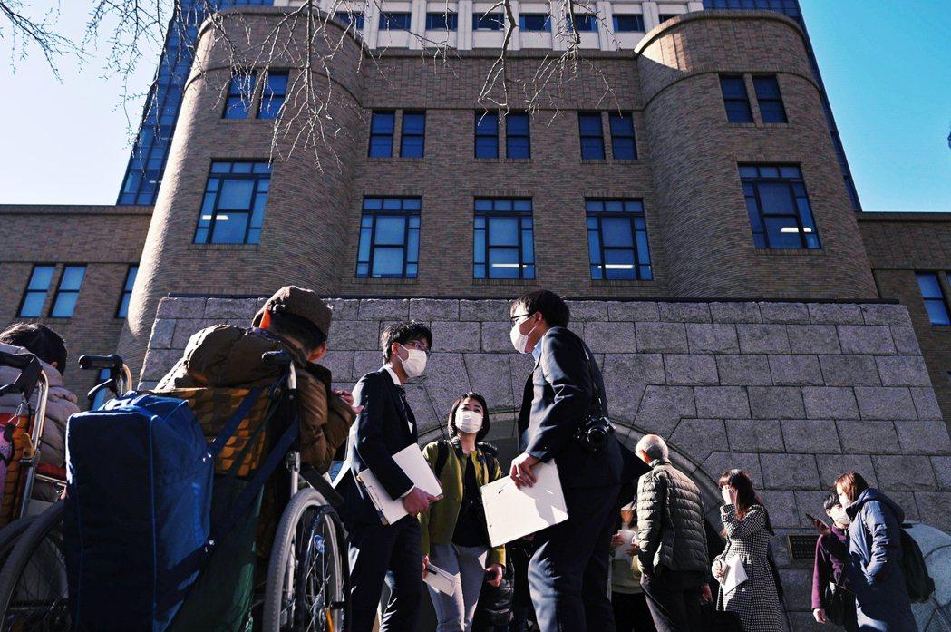 在橫濱法院開庭過程中,除了媒體,也有身障人士在法院外等候判決結果。 圖/法新社