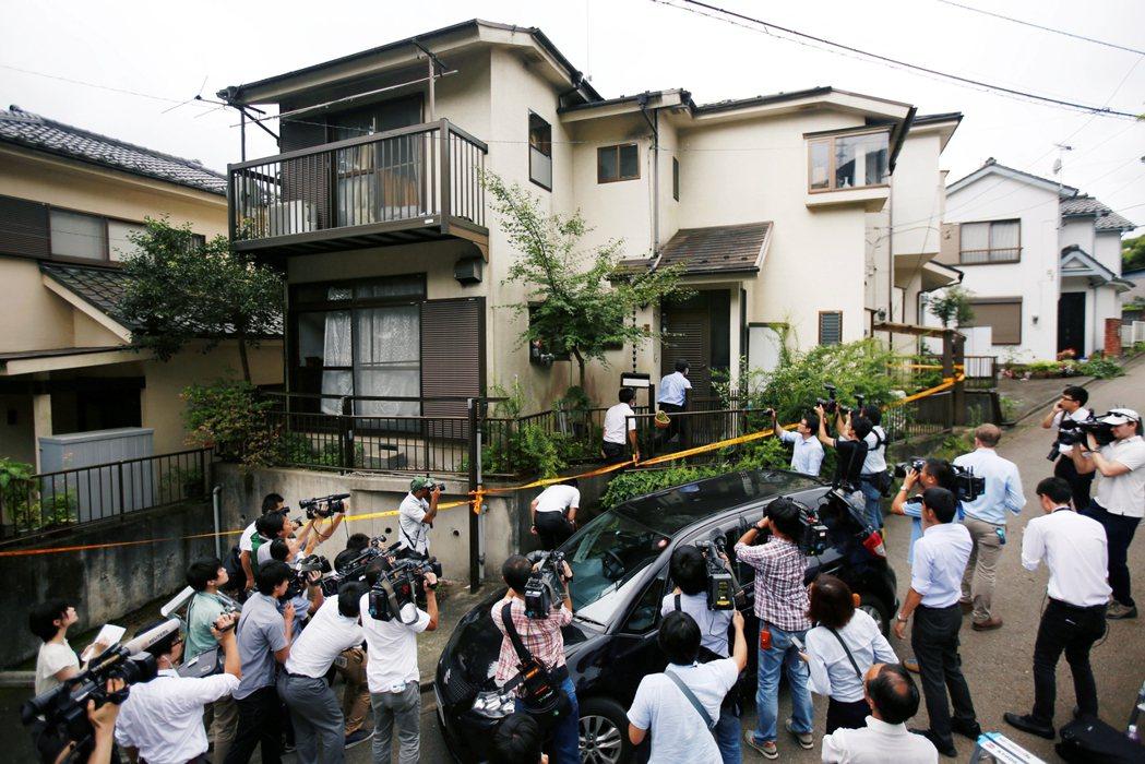 案發後,警方在植松聖住處外拉起封鎖線,入內蒐證。 圖/路透社