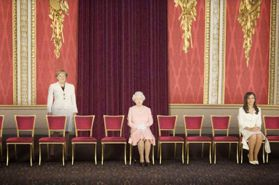 把照片裡的男人都「P掉」以後,艾瑪華森、英國女王的身邊出現令人震驚的畫面!