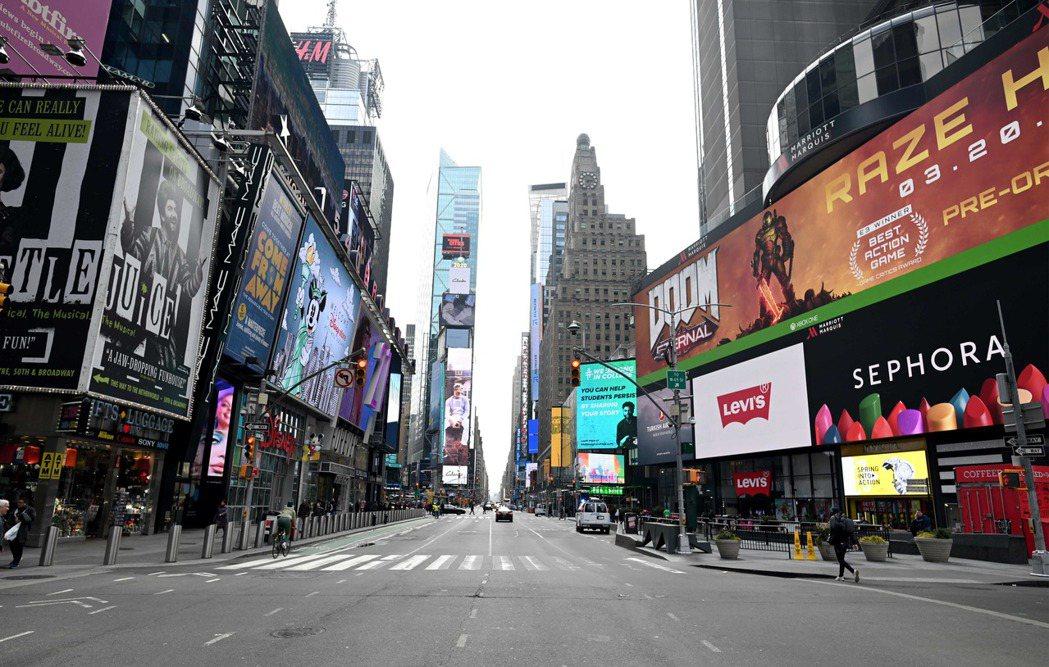 受疫情影響,平日熙來攘往的美國紐約市時報廣場,如今冷清異常。 (法新社)