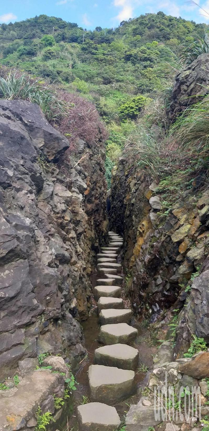 內九份溪圳橋有段鑿開巨石形成的水路,因為勉強才能錯身通過,被戲稱為金瓜石「摸乳巷 」。記者邱瑞杰/攝影