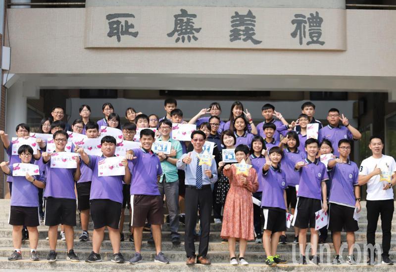 位處屏南偏鄉的縣立枋寮高中,37人參加繁星推薦全部錄取,錄取國立大學及醫學大學有21人,高達6成。記者潘欣中/攝影