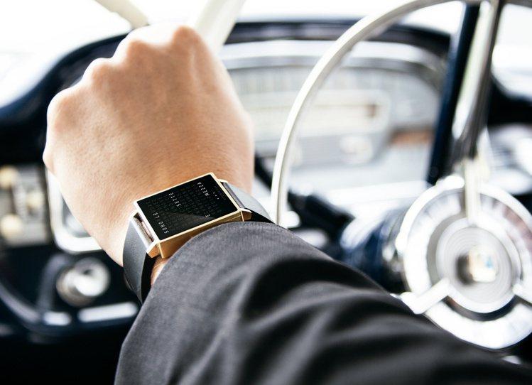 以長效LED技術結合文字轉換的QLOCLTWO腕表,能看時間,並鍛鍊日常思考能力...