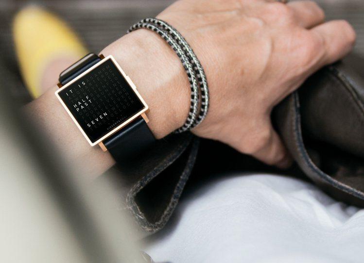 以長效LED技術結合文字轉換的QLOCKTWO腕表,能看時間,並鍛鍊日常思考能力...