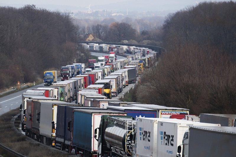 因應新冠肺炎疫情爆發,歐盟對外關閉邊界,但波蘭卻同時下令關閉自己的國界10天,導致邊境出現大塞車,部分地點的車陣綿延達60公里。圖為鄰近德國薩克森邦包岑(Bautzen)的A4高速公路17日影像。美聯社