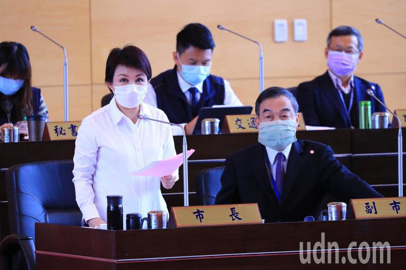 台中市長盧秀燕戴口罩,說明都發局長黃文彬自我健康管理情形。記者張明慧/攝影