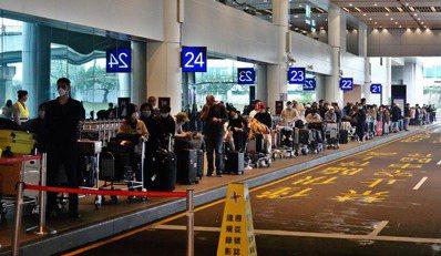 由於中央流行疫情指揮中心昨天宣佈,旅客返台從今天起都要居家檢疫14天,旅客搭機返...