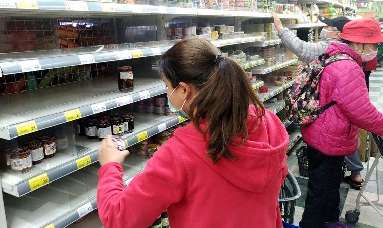 新冠肺炎疫情持續升溫,各賣場及超市的民生物資現搶購潮。記者侯永全/攝影