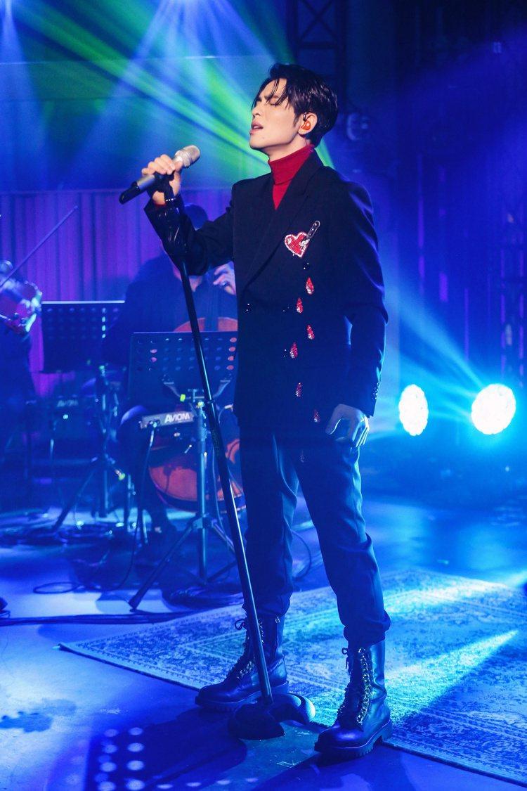 蕭敬騰穿「一箭穿心」西裝錄製節目。圖/MOSCHINO提供