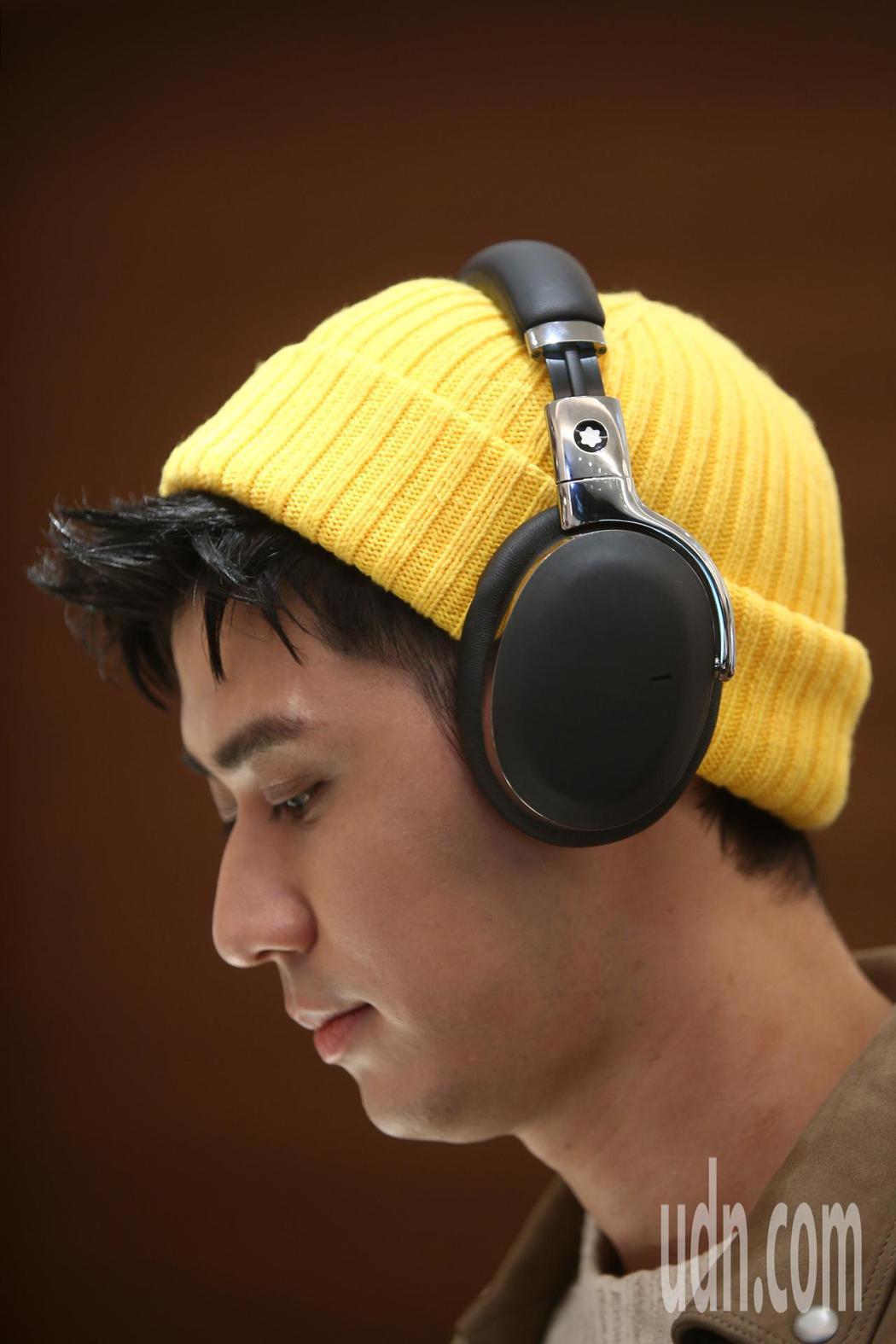 李玉璽下午演繹Montblanc智慧耳機,他表示平時私下打扮較休閒,會拿耳機當搭...