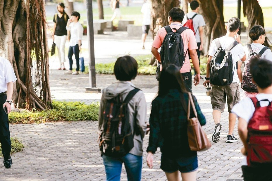 北部某高中停課,學生說飽受歧視,想搭公車卻被拒載,現在都避免穿制服出門。示意圖非當事人。圖/聯合報系資料照片