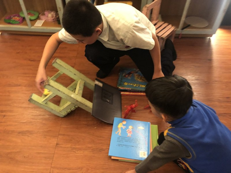 北極星教師進入偏鄉學校陪伴孩童。圖/華人無國界教師學會提供