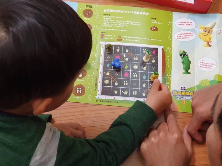 限量收藏盒內含蔬果養成遊戲,能讓家長與小朋友搭配吸盤公仔遊玩,鼓勵小孩體驗種植樂...