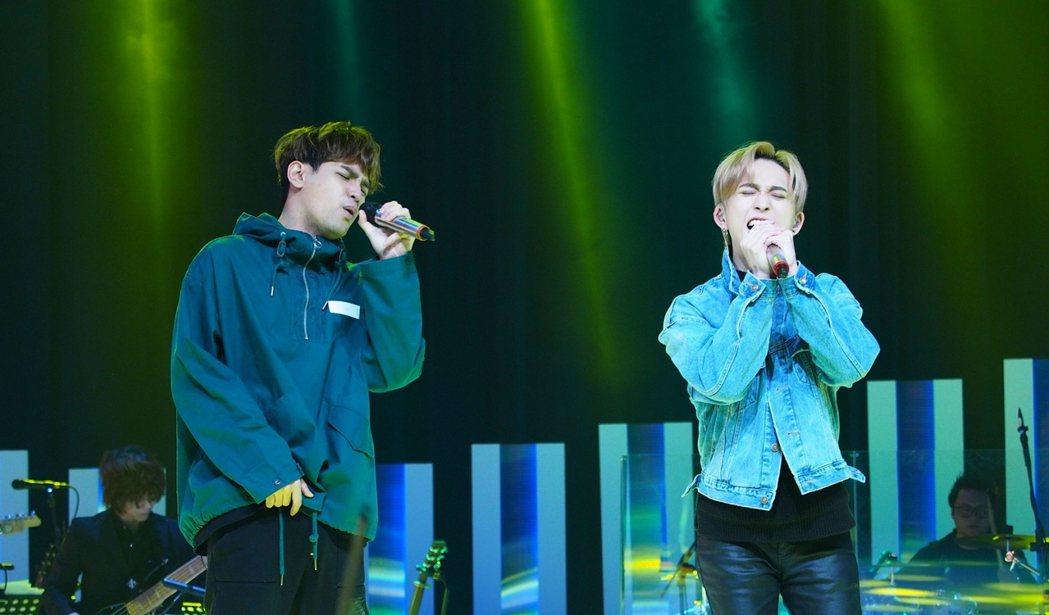 陳零九(左)與邱鋒澤演唱夯曲「天黑請閉眼」。圖/公視提供