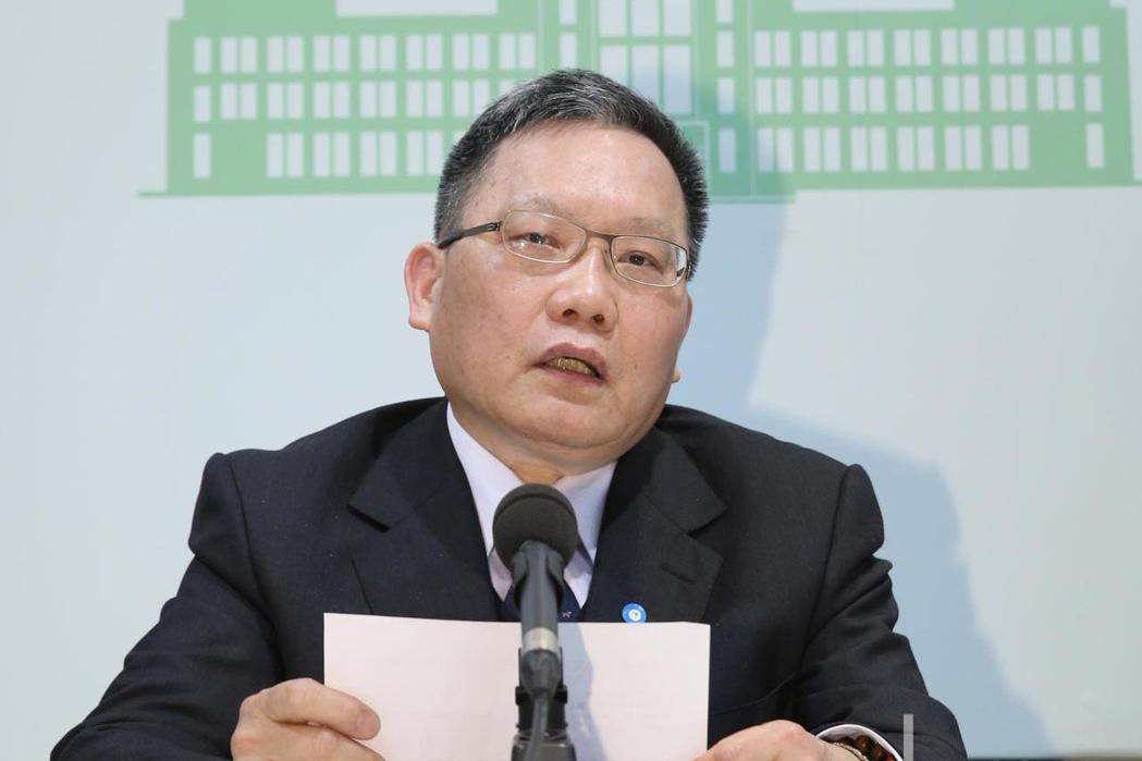 行財政部長蘇建榮(圖)宣布授權國安基金啟動,將以來無影去無蹤的原則進場護盤。記者...