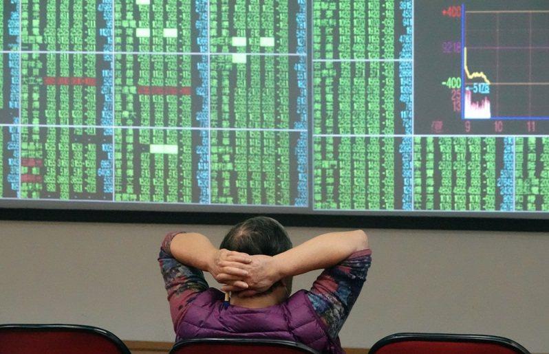 新冠肺炎疫情對全球經濟衝擊超乎預期,台股跌破萬點後持續探底,投資人望股興嘆。 記者曾吉松/攝影