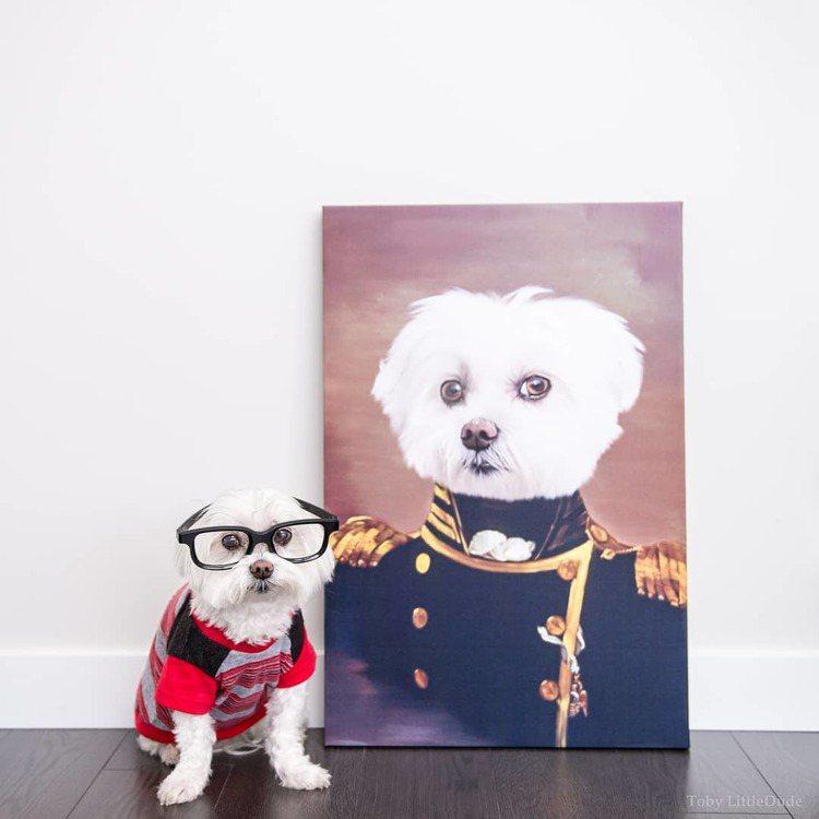 Toby戴上眼鏡展現他的經典造型風格。圖/取自IG