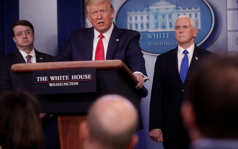 美國總統川普(中)在白宮針對新冠肺炎疫情發表談話。(路透)