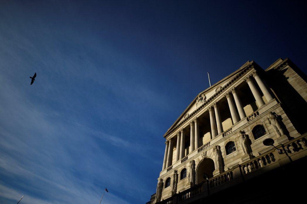英國央行19日再度降息,把基準利率降至0.1%。 路透