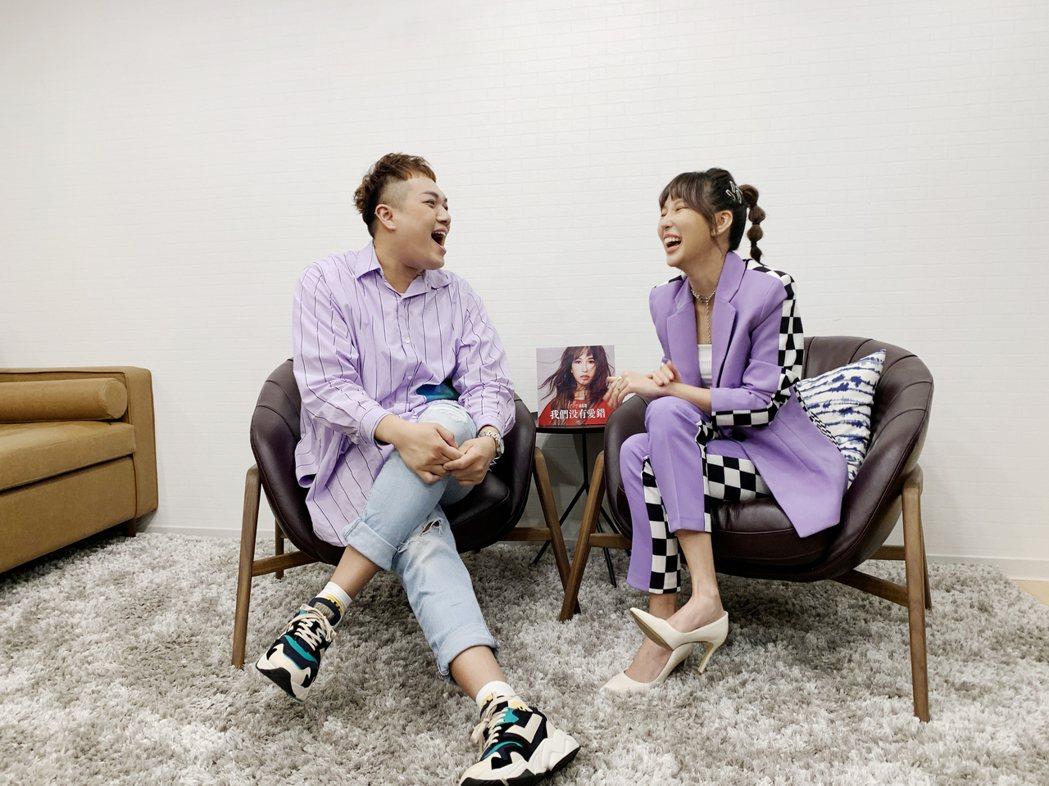 潘嘉麗(右)接受關韶文訪問。圖/華納音樂提供