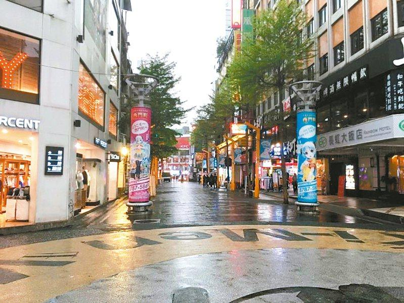 平常年輕人聚集的西門町,受疫情衝擊,站在峨眉街、漢中街交叉口處,放眼望去不見人潮。 記者張世杰/攝影