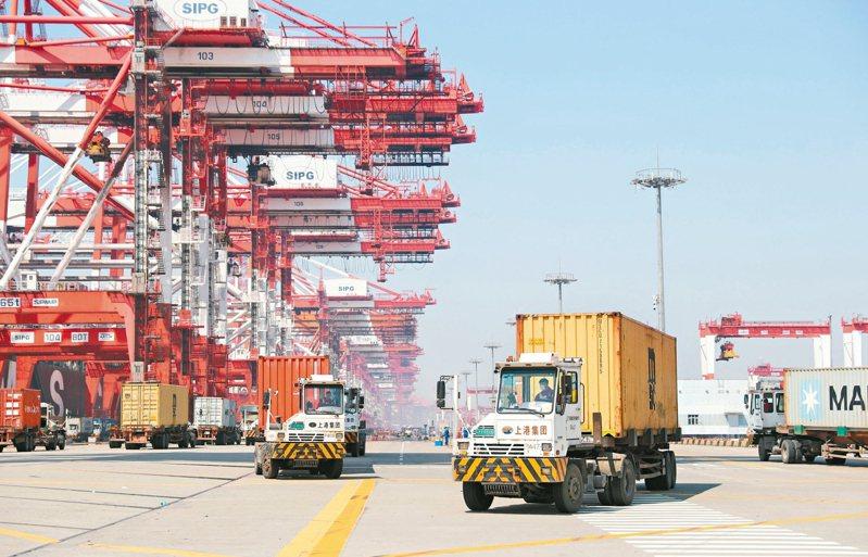 上海洋山港復工復產加快,圖為洋山港集裝箱碼頭。 新華社