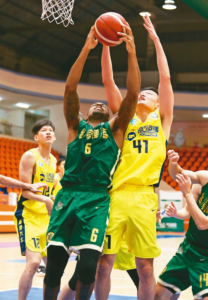 台啤隊巴克利(中)拿下廿五分、十三籃板。 圖/中華籃球協會提供