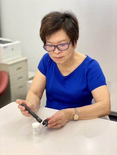 黃碧玉醫師檢測血糖。