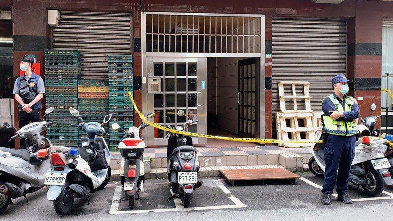 警方拉起封鎖線,正在案發現場進行採證,葬儀社人員則在樓下待命。記者巫鴻瑋/攝影