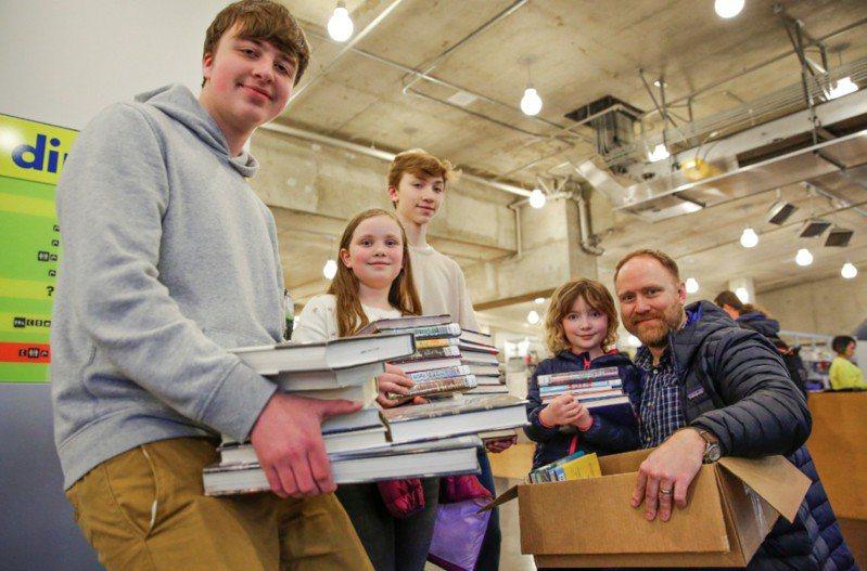 民眾在公立圖書館閉館前湧入館內借閱大量書籍,彷彿進入免費超市瘋狂掃貨。路透