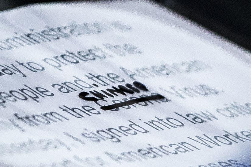 川普講稿特寫照 被拍到刪「新型冠狀病毒」改成「中國病毒」