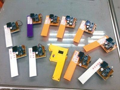 台中高工師生動手自製額溫槍,從程式撰寫、組裝設計、溫度校正等,一手包辦。 圖/台...