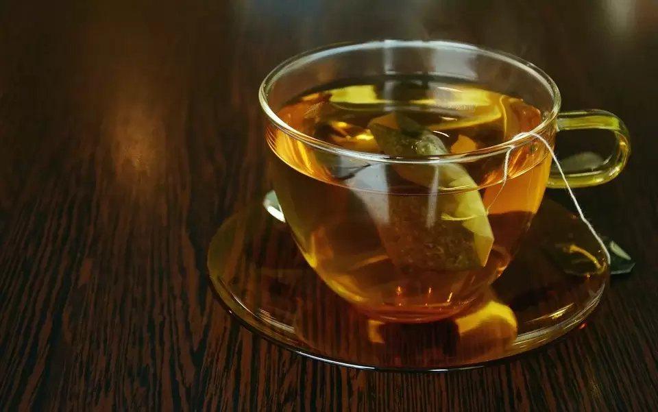 咳嗽可以多喝溫開水潤喉,而喝茶有茶鹼,有類似氣管擴張劑對氣管有擴張作用,具止咳效...