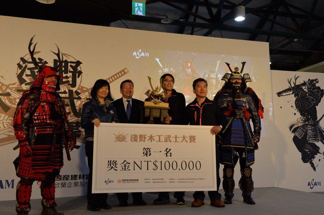 頒發第一名草地人團隊獎金10萬元。 欣蘭企業/提供