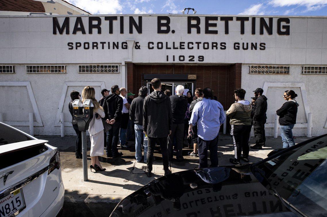 全州禁令頒布之前,眾多美國媒體也發現了全美各地出現了「搶購槍枝與囤積彈藥」的居民...