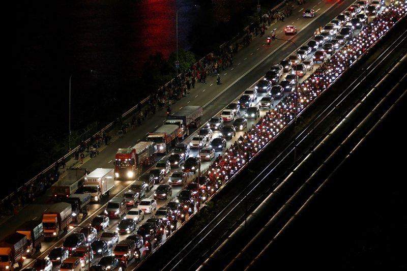 大量馬來西亞人趕在禁令實施前入境新加坡,圖為新柔長堤,攝於3月17日。 圖/路透社