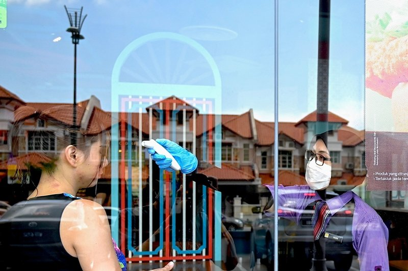馬來西亞政府給了國民一天時間為自我行動管制做準備,卻引發了更多難以管控的現象。圖攝於3月18日。 圖/法新社
