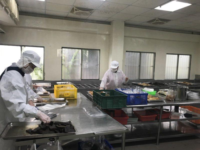 丐幫滷味中央廚房員工正在包裝滷味,乾淨的環境隨時都可供人參觀。 圖/林宛諭 攝影