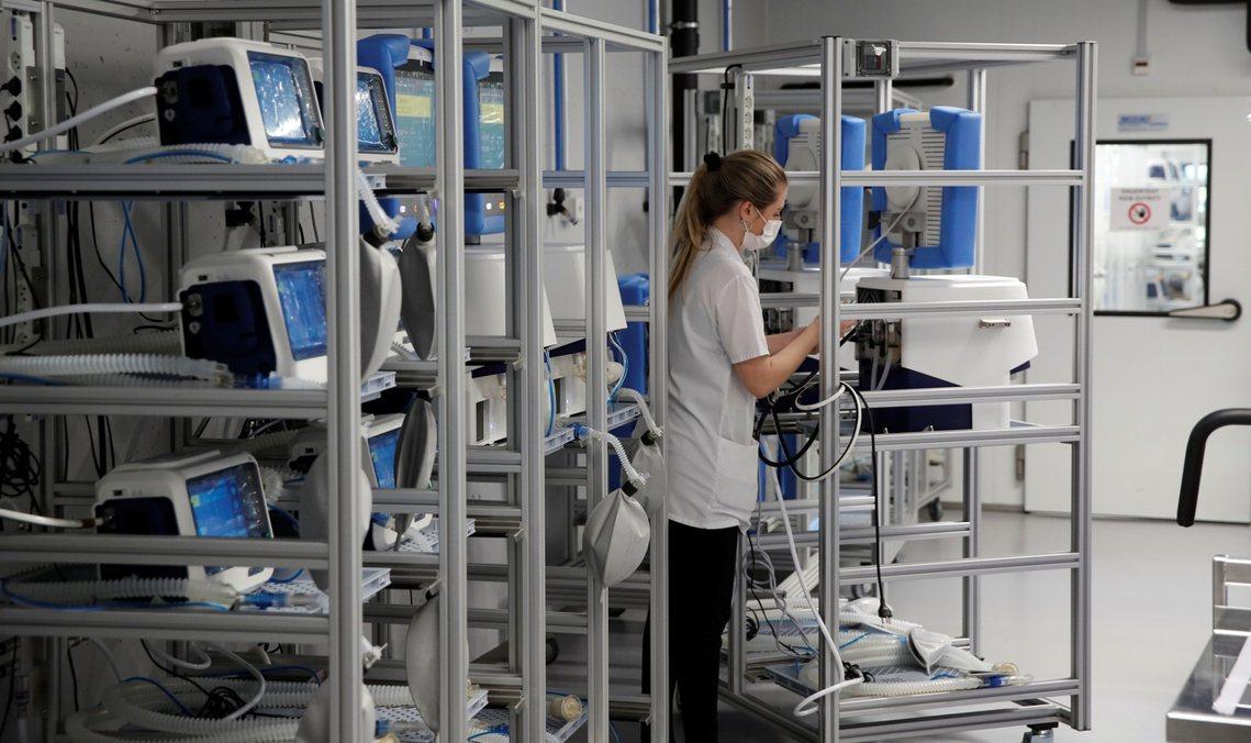 截至目前為止,英國的各級醫療單位裡,只常備有5,000~5,900台醫療用呼吸器...