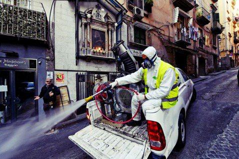 原本只是幾個城市封城,仍無法抑制疫情擴散,義大利最後宣布「封國」。圖為拿坡里街頭...