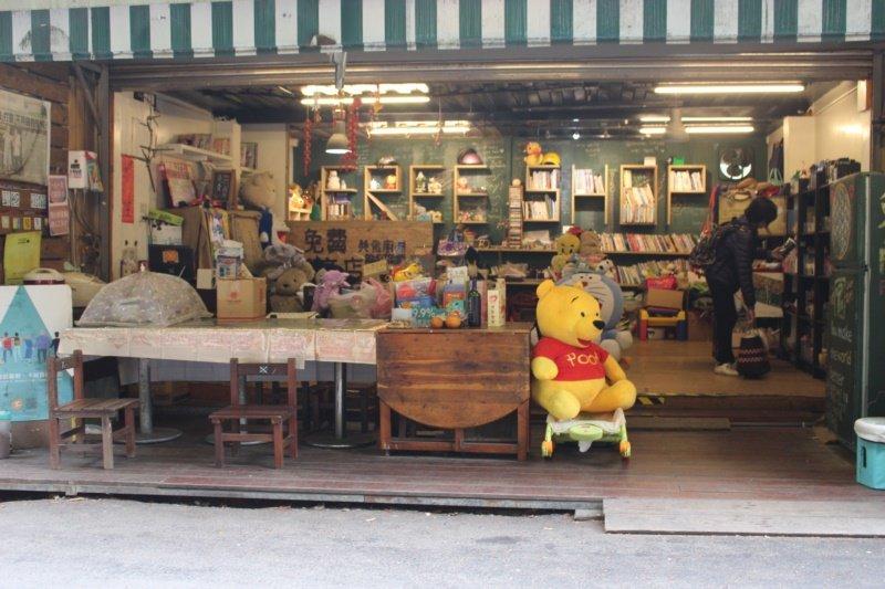 在峨眉十二寮景區附近,有一間堆滿物資的免費商店,是十二寮的新興景點。 圖/張雅婷...