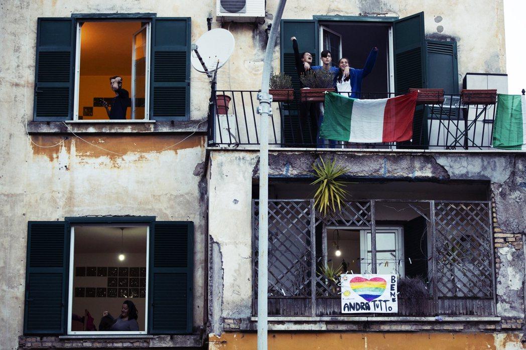 義大利政府宣導,如有任何疑問並想報告病情,可以先致電家庭醫生諮詢判斷。圖為在家自...