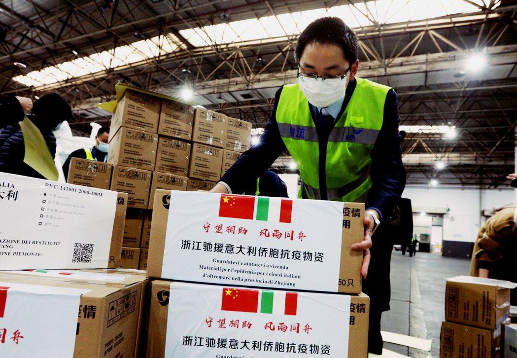 義大利的疫情死亡數,已經超越中國官公布的數據。圖為中國支援義大利的防疫物資。 圖...